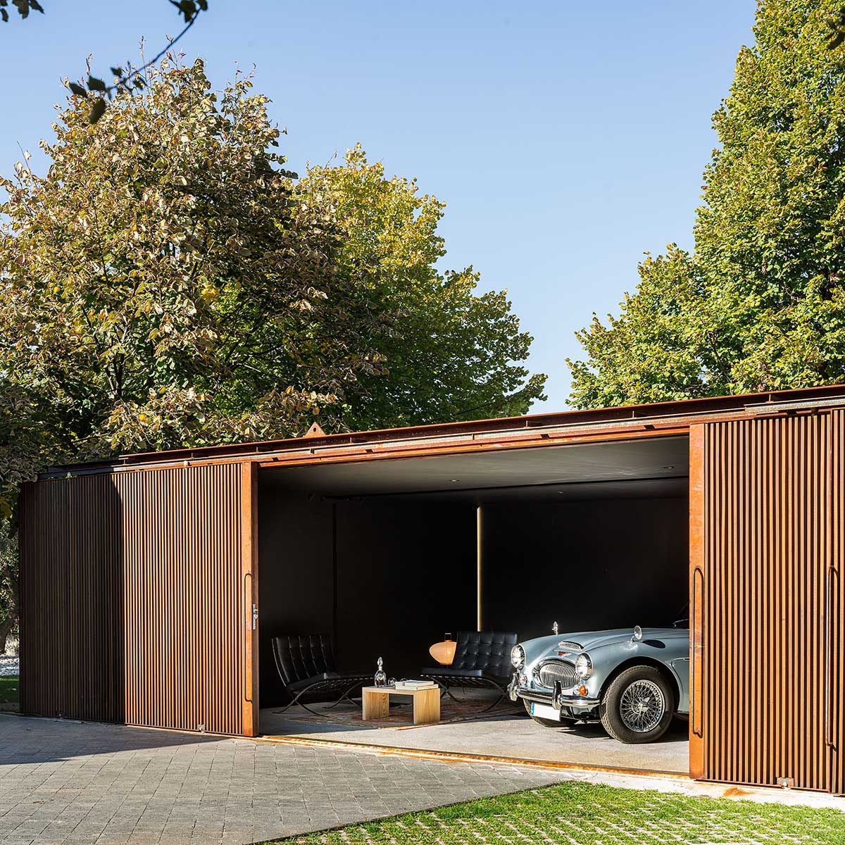 Living with garage: delaVegaCanolasso unites living space and garage within a corten steel stage