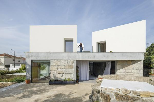 Paulo Merlini Architects remodels former farmhouse with pure white volumes in Portugal